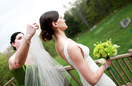bride-getting-her-veil-pinned-outside460x300